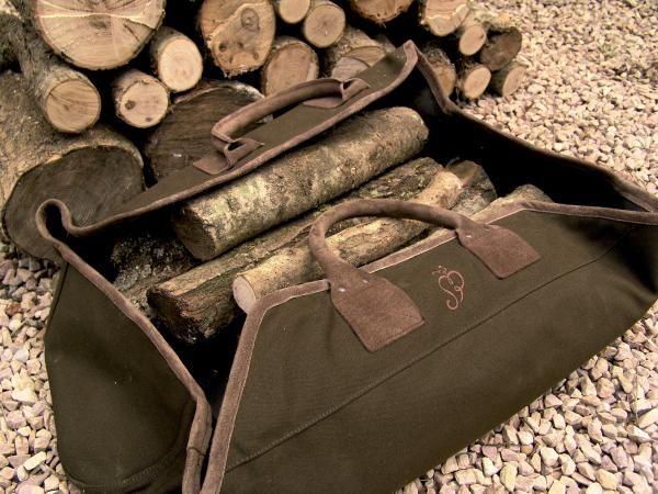 Sötét zöld színű tűzifa hordó táska. Erős, bőr füllel, könnyen tisztítható béléssel.