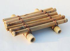 Das Recycling, Erde freundlich, Seifenschale aus Bambus gefunden am Strand von South Padre Island erstellt wurde. Gewachste cording wird verwendet, um die schöne Schnürung-Muster auf diese Seifenschale für Küche oder Bad zu erstellen. Bambus kommt mit eigenem Wachs Beschichtung, so nichts anderes hinzugefügt wurde. Diese einzigartige Seifenschale misst 4 x 5 (12.5x11cm) und ist eine große Bereicherung für Ihre tropischen oder Küsten-Dekor. Ich habe diese Seifenschale eine vor einigen Jahren…