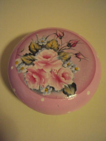 Sabonete decorado com rosas e botões.