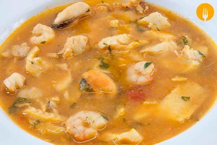 Sopa de pescado fácil y sencilla La sopa de pescado es uno de los platos más destacados de la gastronomía española, tanto, que se lleva preparando en este