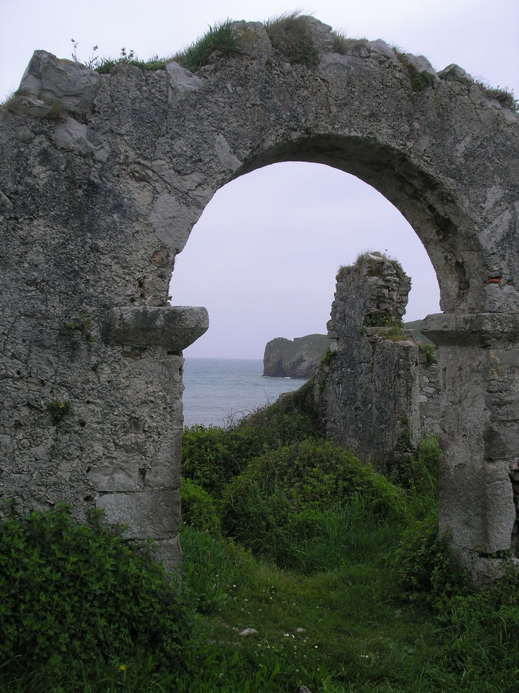 Ruinas abadia San Martin, Celorio, Llanes Asturias