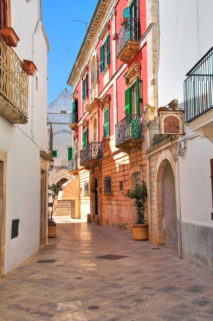 Alleyway in Locorotondo - Puglia. Italy. #puglia #italytravel