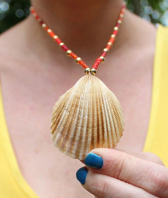 Make a gorgeous seashell necklace. It's so simple. These ideas will show you how. From all natural to gold painted. Featured on BBL: http://beachblissliving.com/how-to-make-seashell-jewelry/