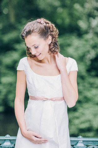 Brautkleider für Schwangere für eine Hochzeit mit Babybauch (www.noni-mode.de - Foto: Le Hai Linh)