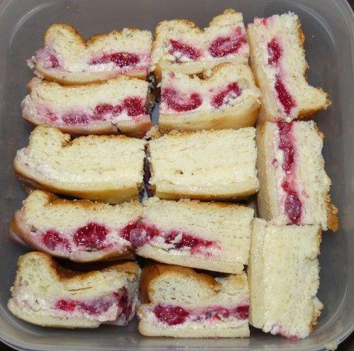 gâteau magique à la framboise. Pour la recette, il vous suffit de prendre celle du gâteau magique à la vanille classique et de déposer au fond du moule des framboises fraîches avant de verser la pâte. Les framboises remonteront en cours de cuisson pour se placer dans la couche crémeuse du milieu.