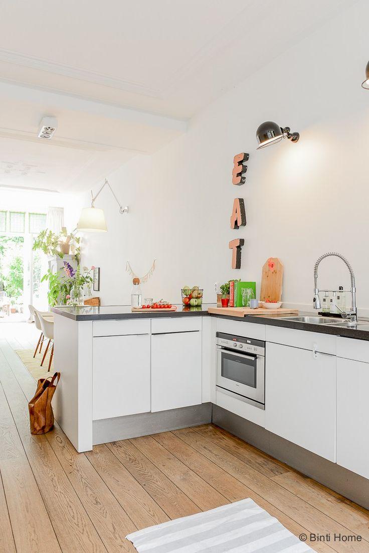 Open keuken Binnenkijken in een bijzonder familie huis verkoop fotografie ©BintiHome