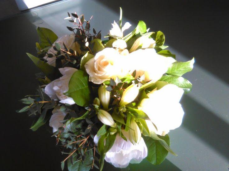 Boeket met fijne eucalyptus, witte pioenrozen, dikke witte zoern, appelblad, witte austromeria