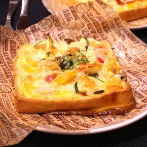 「朝食にも!具沢山!食パンで簡単キッシュ風」の作り方を簡単で分かりやすい料理動画で紹介しています。食パンで簡単にキッシュが作れちゃいます! 中に入れる具材は、お好みで! 冷蔵庫に残っているものを消費出来ちゃいます! 簡単に作れるので、朝食にもぴったりです。 最後にお好みでパセリを散らしてお召し上がりください!
