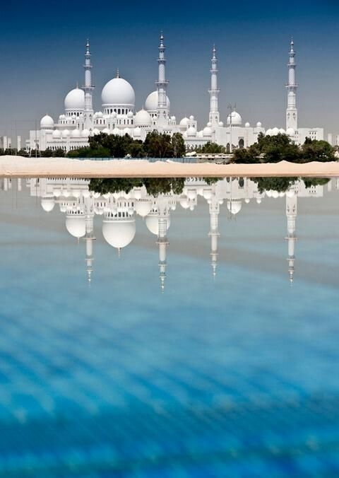 Sheikh Zayed Grand Mosque, Abu Dhabi, UAE http://wetravelandblog.com #travel #photography #blue