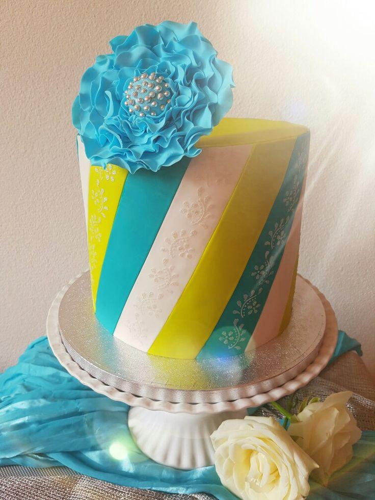 Chique verjaardagstaart 🎉 Gemaakt door Zoet (Hetti Wolfs) Chocolade taart gevuld met vanille botercreme, Oreo koekjes en bosvruchten jam, bekleed met fondant + extra details op de verschillende banen, gemaakt met stencil en royal icing 😊 I💗cake!