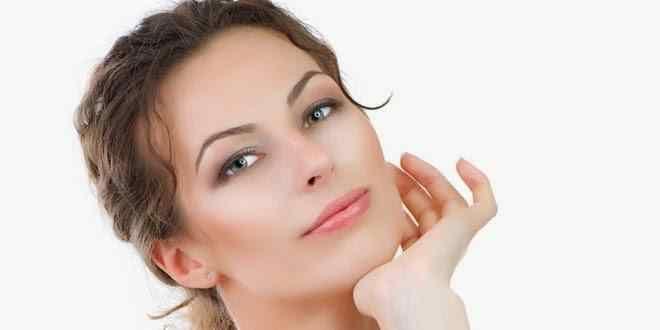 CİLDİN PARLAMASI İÇİN DOĞAL MASKELER Işıl ışıl parlayan pürüzsüz bir cilde sahip olmak, bütün bayanların vazgeçilmez hayali. Bu durumu göz önüne alarak doğal cilt parlatıcı maske tariflerini bu yazımızda sizler için paylaşacağız. Sizlere sunacağımız bu maskeleri uygulamadan önce cildinizi her gün düzenli olarak temizlemenizi tavsiye ediyoruz. Bunun için günlük temizleme losyonları ya da saf gül …