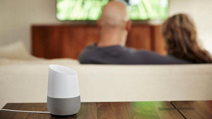 """Google Home kann irgendwo im Raum platziert werden, gehorcht auf die Aktivierungsworte """"Okay Google"""" und Sprachbefehle"""