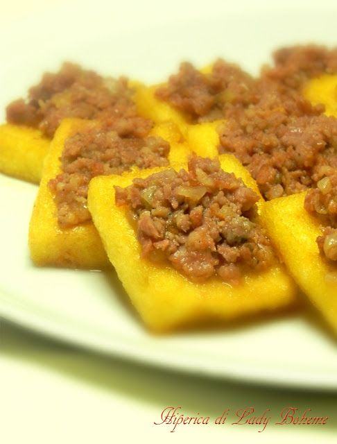 Italian food - Crostini di polenta con salsiccia