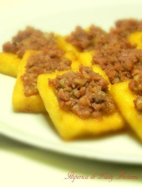 Crostini di polenta con salsiccia