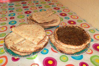 Das perfekte Mana'eesch - libanesische Frühstückspizza mit verschiedenen Belägen-Rezept mit einfacher Schritt-für-Schritt-Anleitung: Die Hefe im warmen…