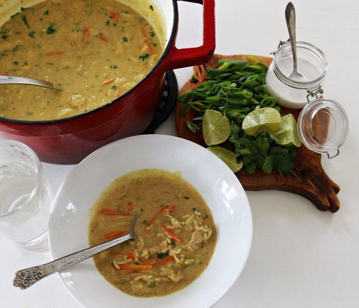 Currysuppe er velsmakende,mettende og du bestemmer selv hvor stek den skal være. Currysuppe med kylling. til 4 personer 2 kyllingfileter 2 epler 2 gulrøtter 3-4 vårløk 1-3 ss mild rød curry 2 boks…