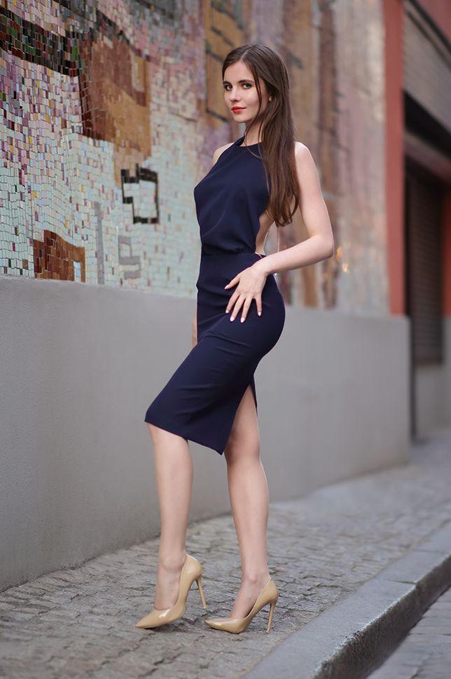 Granatowa Sukienka Z Odkrytym Tylem Bezowe Szpilki I Cieliste Ponczochy Ari Maj Personal Blog By Ariadna In 2021 Fashion Women S Fashion Dresses Beautiful Outfits