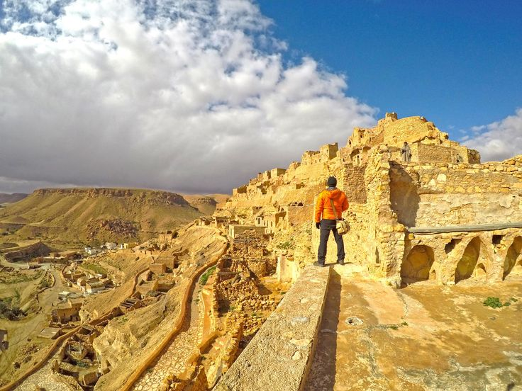 A menos de 20 km de Tataouine encontra-se uma pequena aldeia pendurada nas vertentes de um colina rochosa no planalto de Dahar.