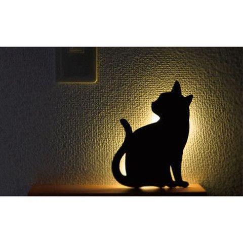 貓咪剪影聲控夜燈 - B 款 / Cat Silhouette Wall Light - B 貓咪剪影聲控夜燈是採用 LED 燈,發出柔和光線,安全節能。附上大頭針或雙面膠貼,輕易掛在牆上任何角落。開啟聲控開關時,當大門開關或走過的腳步聲都會自動亮著60秒。  Cat Silhouette Wall Light is used of LED warm color light, it is safe and energy-saving. Easy mounting on the wall with a pin or double-sided tape (inside the packaging). The wall light automatically turns on for 60 seconds when there is sound like door opened or footsteps.
