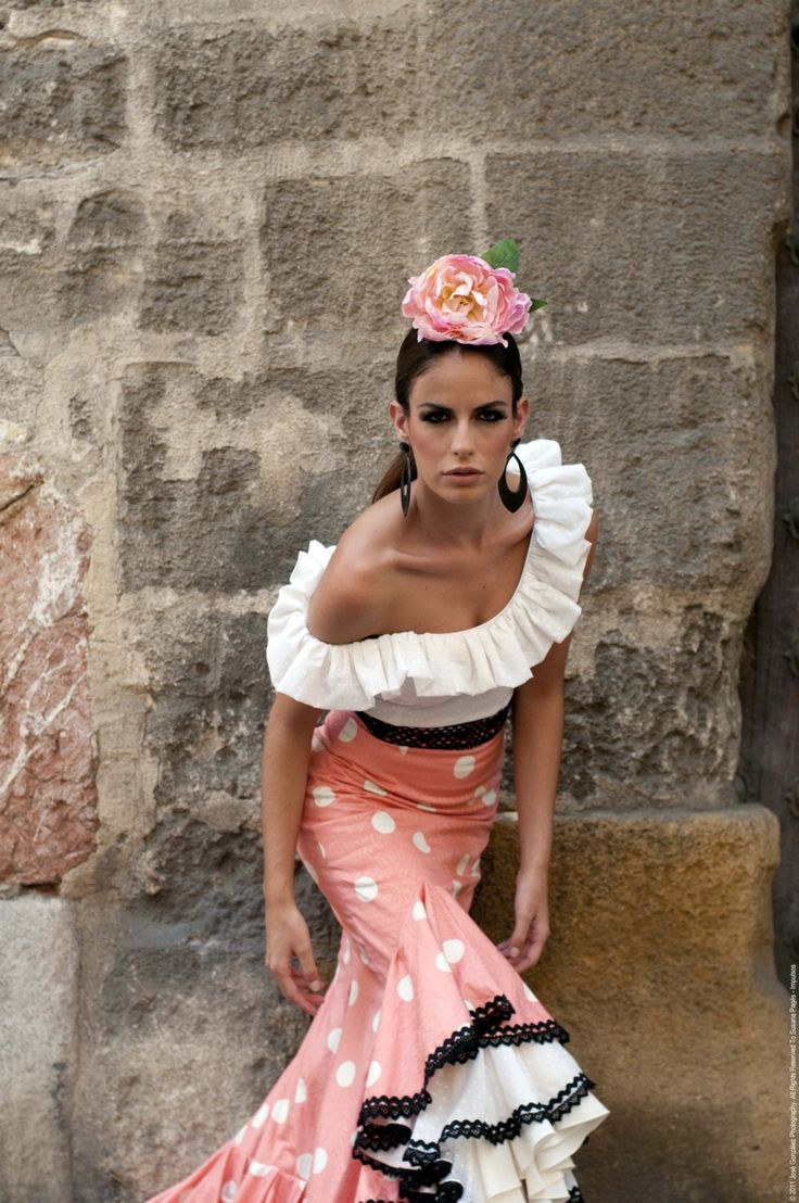 Lovely coral and white flamenco outfit trimmwd in black =》Impulso de Susana Pages