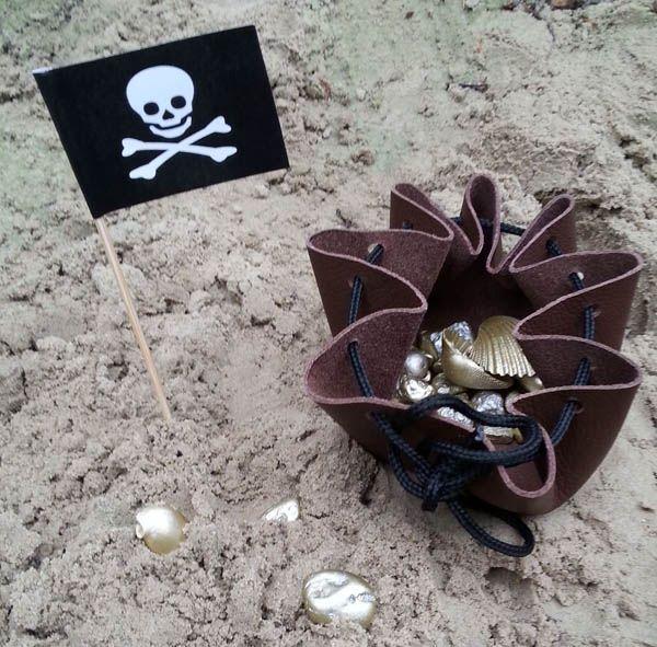 Schatgraven en altijd op zoek zijn naar goud, dat is toch één van de bezigheden van een piraat. Nu is het tijd om er zelf werk van te maken. In deze DIY vind je de uitleg om eenvoudig van kleine dingen goudvondsten te maken en hoe je een buidel maakt waar het goud in bewaard kan worden. Een...