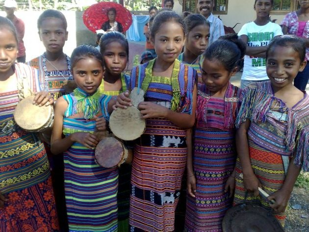 Timorese children in tais