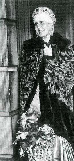 The large sapphire kokoshnic, orginally belonging to Grand Duchess Vlad, then sold to Maria of Romania.
