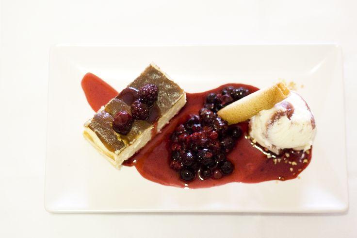 Tarta de queso con helado y frutos rojos. www.restauranteespadana.es