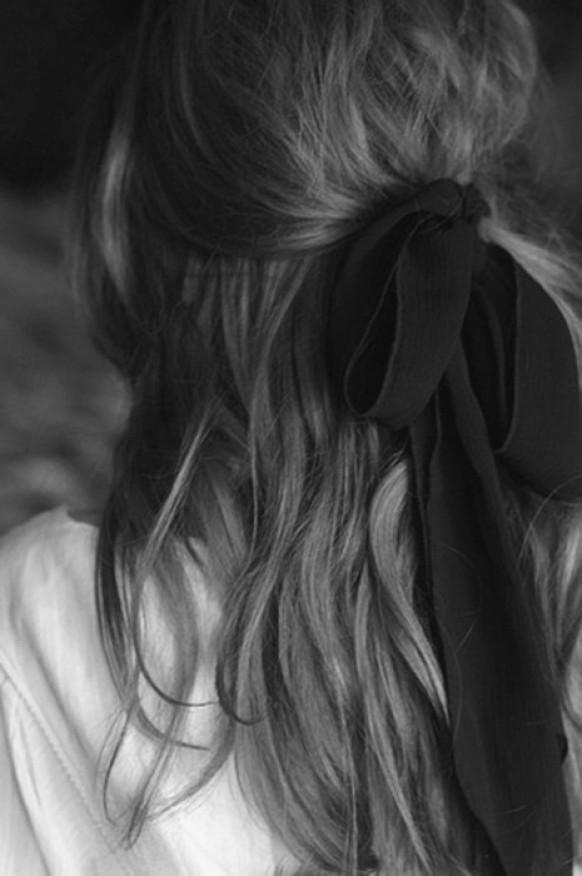 Weddbook ♥ Hochzeits-Hälfte bis halb nach unten Frisur mit schwarzer Fliege. Einfache und natürliche Hochzeit Haar. Brautjungfer Frisur. Lange Haare Hochzeit Frisur. Land / Rustikal Hochzeitsfrisur  black  beugen  halfup