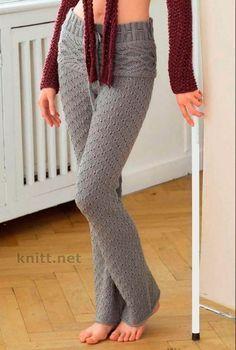 Светло-серые расклешенные брюки выполнены спицами в разном направлении. Их крой отлично сядет по фигуре и вам будет в них комфортно.