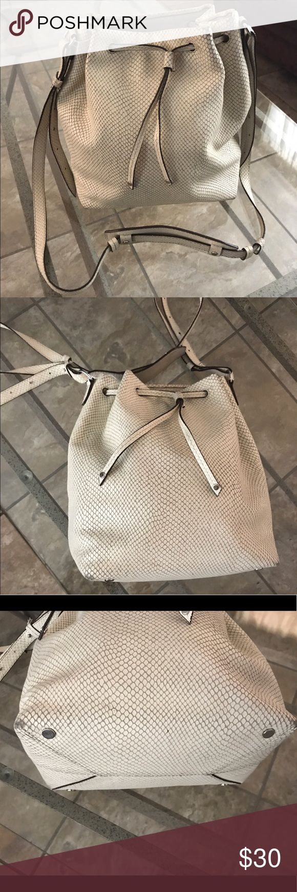 Banana Republic bucket purse Used Banana Republic bucket creme faux snake skin. Has  flaws on the bottoms Corner & on top. Needs to be cleaned, but plenty of use left! Material is not cheap and durable. Banana Republic Bags Shoulder Bags