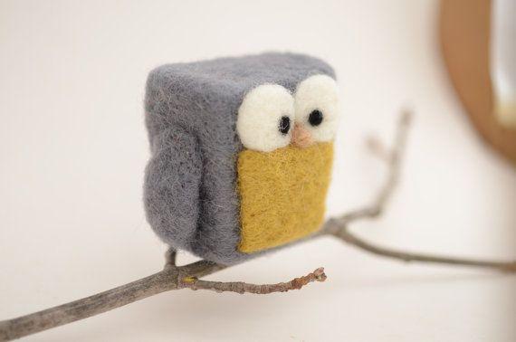 Este listado está para el buho fieltro 1 aguja. Usé 100% lana de mecha.  Este búho fieltro dulce es perfecto para estar en una chimenea, escritorio, alféizar de la ventana o apenas alrededor dondequiera. Bueno para suave juega así. El búho mide 2 pulgadas de altura y 2 1/2 de ancho (de puntas de las alas)