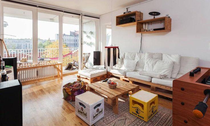 Verschiedene DIY-Möbel für das Wohnzimmer: Sofa und Tisch aus Paletten, Stühle aus Bierkisten? Ja, cool! #DIY #Wohnzimmer #Bierkiste #Palette
