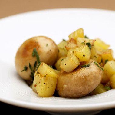 Geroerbakte aardappels en champignons
