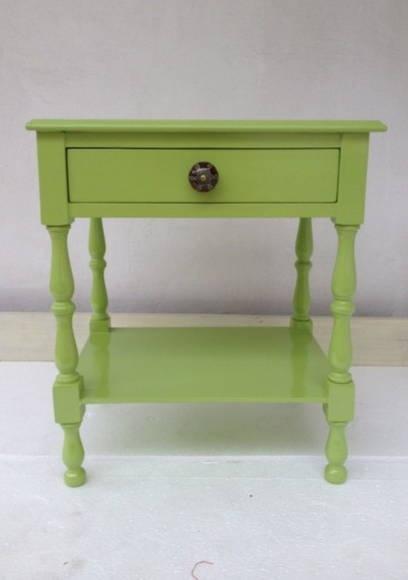 Criado-mudo laqueado de verde pistache e puxadores de porcelana. R$ 650,00