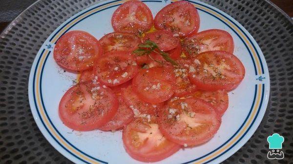 Receta de Tomates aliñados - Receta andaluza  #RecetasGratis #ComidaEspañola #CocinaEspañola #RecetasEspañolas #SpanishFood #España #andalucia #ensalada