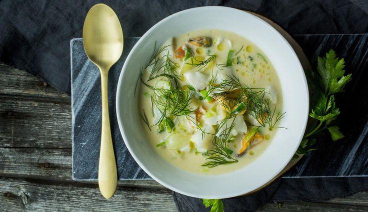 I denne fiskesuppen har jeg valgt å bruke blåskjell i tillegg til fiskefilet. Blåskjellene gir en fantastisk kraft som igjen er et perfekt utgangspunkt for en god suppe. Husk at fiskebitene kun skal trekkes i suppen rett før servering.