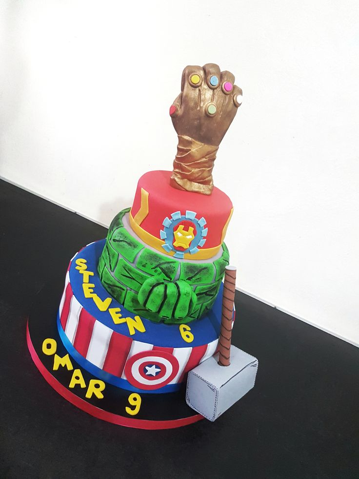 Torta Avengers Con El Guante De Thanos Modelado En