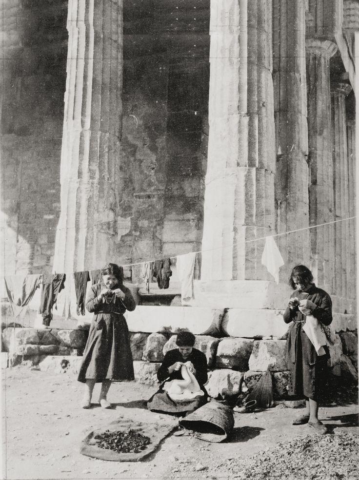 Γυναίκες από τον προσφυγικό καταυλισμό που στήθηκε μπροστά στο Θησείο (Ναός του Ηφαίστου). Αθήνα, 1922 © Αρχείο Αμερικανικού Ερυθρού Σταυρού, Library of Congress