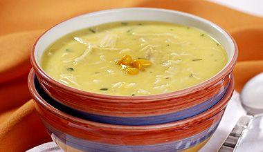 Sopa de milho, frango cozido e desfiado e leite preparada com Sopa de Galinha com Arroz MAGGI®