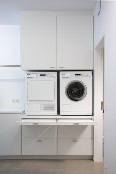Idee garage - Wasplaats met de wasmachines op hoogte geplaatst (ergonomischer) in een kastenwand. Ook een werkblad voorzien om kledij te kunnen opvouwen.