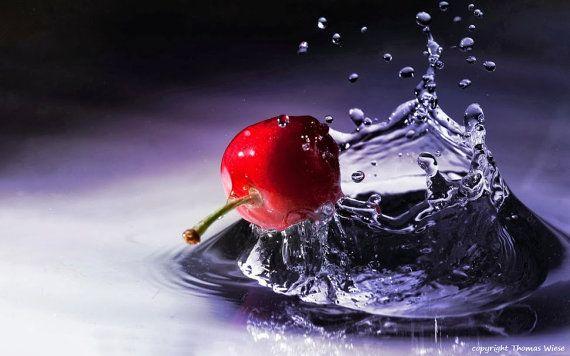 Fotografie Kirsche küsst Wasser hochglanz von abrakadabra5910, €29.90