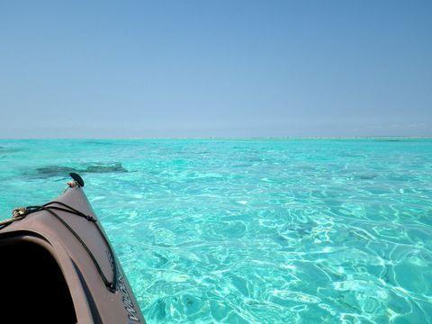 鹿児島県最南端にある与論島。その東岸にある百合ヶ浜は潮が大きく引く日の干潮時しか現れないまさに「幻の浜」。通常は一番近いビーチからボートで行きますが、ちょっと離れたビーチから行くとその途中で素晴らしい海の色が楽しめます。しかもカヌーならキラキラ輝く海の色を間近で楽しめますし、百合ヶ浜へ着いたときの達成感もひとしお。ひと手間かけて他のツアーではできない体験をしましょう!
