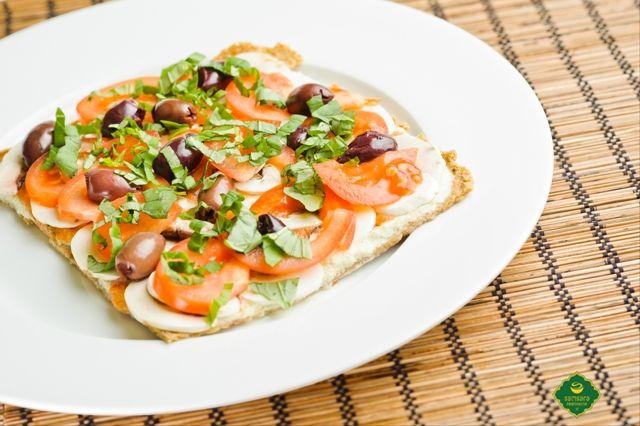 Nu e o noutate faptul că un preparat culinar precum pizza nu este, în mod firesc, numai fast-food.  Din contră, pizza poate fi transformată, ca celelalte mâncăruri, într-o alternativă prielnică sănătății, putând astfel să primească atât forma (aspectul), cât și fondul (însușirile) unui produs slow-food. În meniul nostru, acesta este numit pizza Samsara, care este raw-vegană, deci de post.