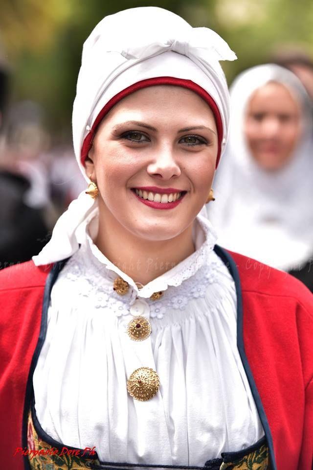 Splendido ritratto del Folklore del nostro amico Pierpaolo Dore Photographer . La Ragazza indossa l'abito tradizionale di Tempio. Seguici su Sa Bellesa Sarda Ʊ —