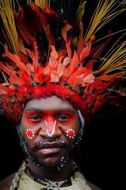Hombre de una tribu de Papua, Nueva Guinea.