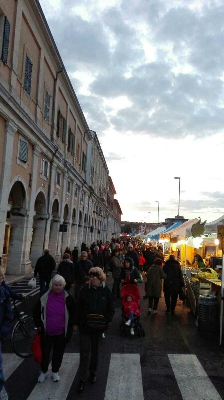 Inizio positivo,a Senigallia, x l' Edizione 2016 del Mercato Europeo,tra tradizione e cultura; in foto,i visitatori della mostra /mercato, presso i Portici Ercolani.... (dal Giornale/web :Vivere Senigallia.it)