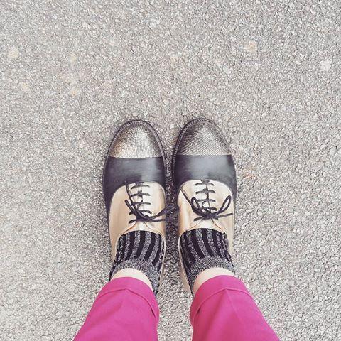 Même si j'ai mis mes chaussures de Lalaland ce matin, elles ne m'ont pas fait danser sur le chemin du boulot..! Jusqu'à la maison ce soir par contre..! C'est autre chose  #shoes #lalaland #cityofstars #derbies #mocassins #fashion #lookoftheday #dailyshoes #shoestagram #gold #goldenshoes #pink #pinkpants #ontheroad #photooftheday #streetstyle #work #nantescity #nantes #girly #vintage #retrovintage #stylish #latergram #picoftheday  #fashionlifestyle #shining #lovely #fashionaddict #fashion