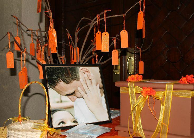 Árbol de los deseos con una foto de nuestro compromiso en la mesa con el buzón de los sobres para los regalos. #orange #wedding #naranja