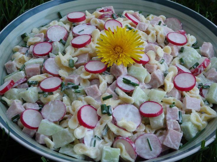 Wiosenna sałatka z rzodkiewką, ogórkiem i szczypiorkiem